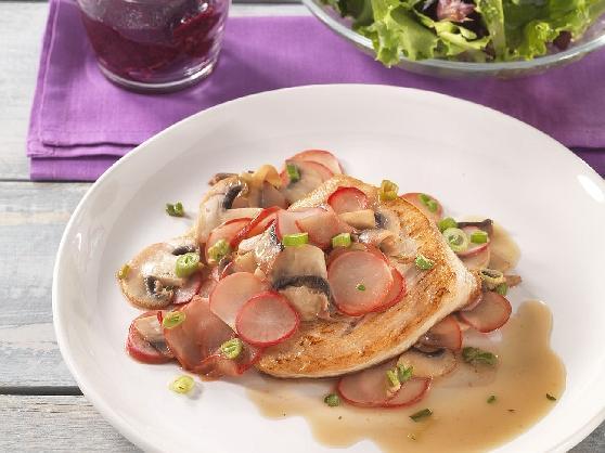 Putenbrust auf Radieschen-Champignongemüse mit buntem Blattsalat - BCM Diät Rezepte.ch