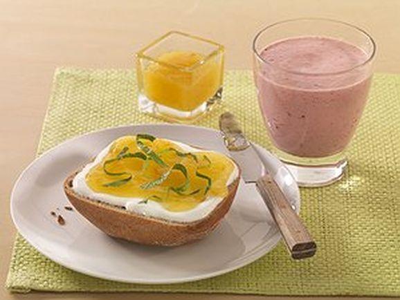 suesser power fruehstuecksdrink mit marmeladen quark broetchen