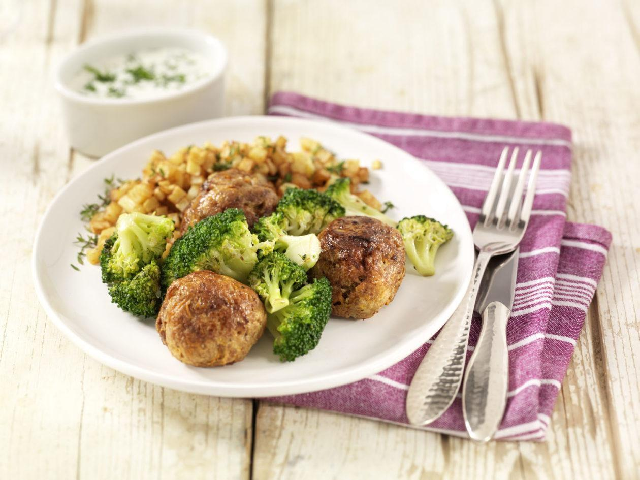 Hackbällchen mit Broccoli in Kräuterbéchamelsauce und Kartoffelwürfeln - BCM Diät Rezepte.ch