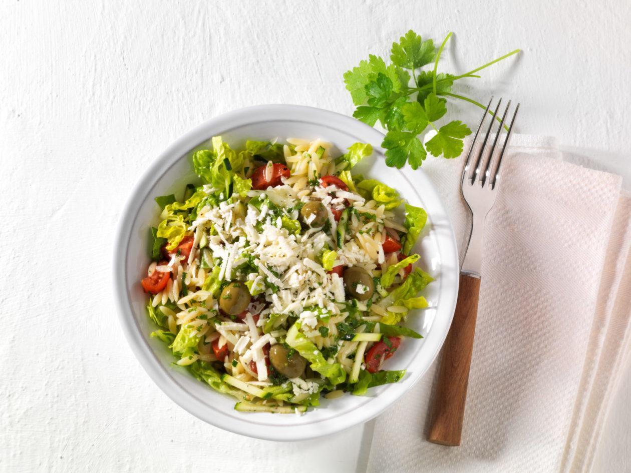 Nudel-Hirtensalat mit Tomaten, Zucchini, Feta und Oliven - BCM Diät Rezepte.ch