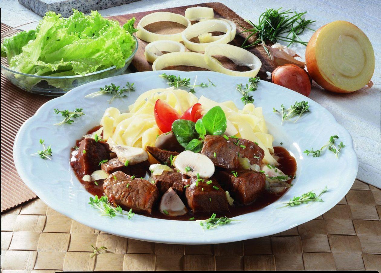 Gulasch mit Bandnudeln - BCM Diät Rezepte.ch