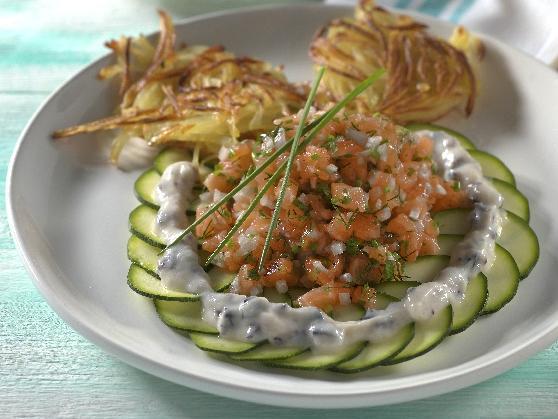 Lachstatar auf Zucchinicarpaccio mit Kartoffelrösti - BCM Diät Rezepte.ch