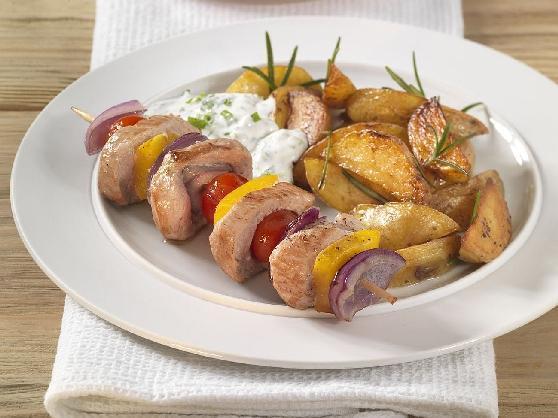 Blechkartoffeln mit Fleisch-Gemüsespieß und Kräuterdip - BCM Diät Rezepte.ch