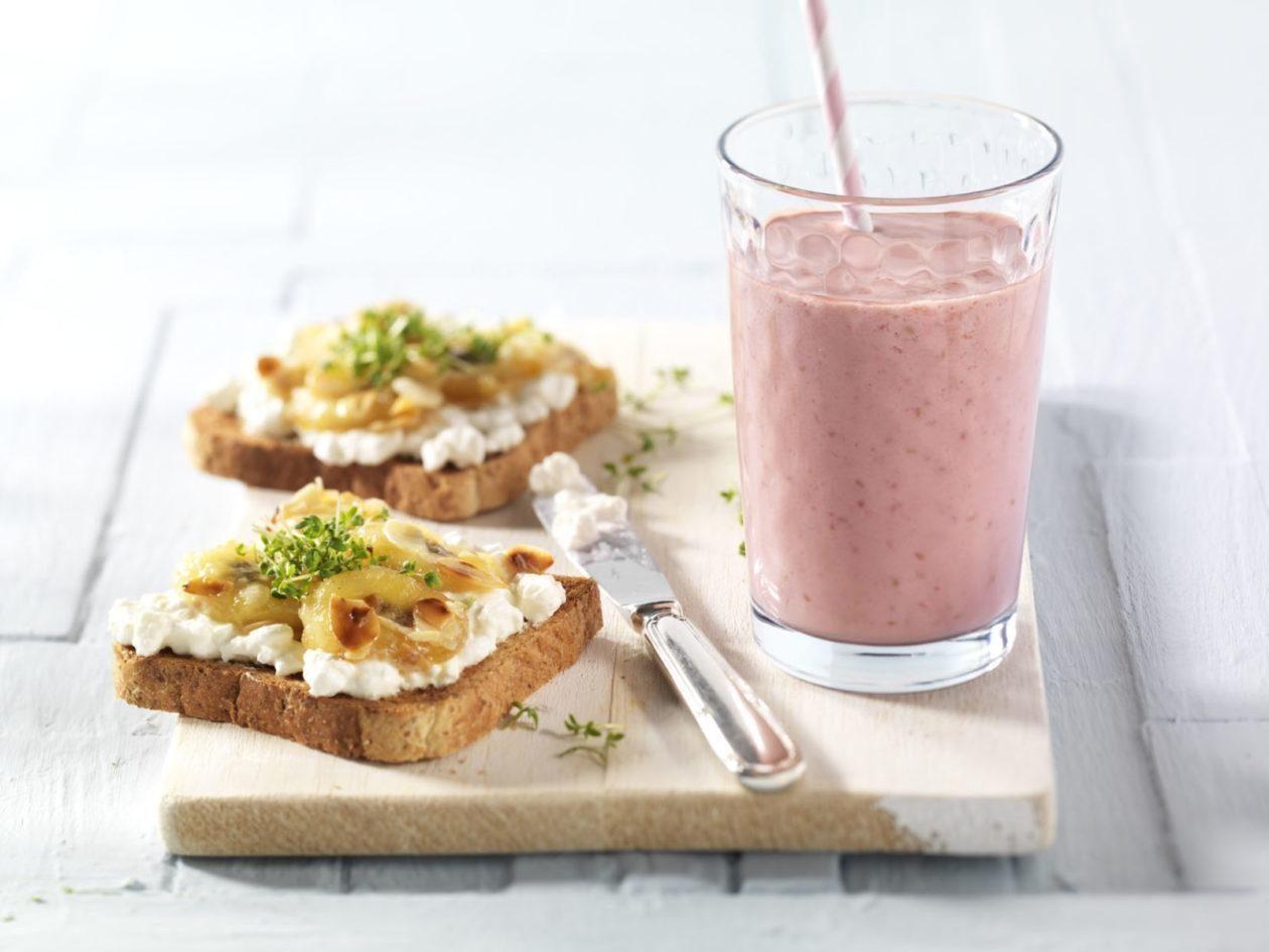 Bananen-Hüttenkäse-Toast mit Himbeer-Orangen-Smoothie - BCM Diät Rezepte.ch